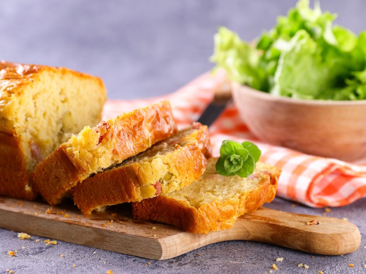 Συνταγή για αλμυρό κέικ με τυρί και μπέικον