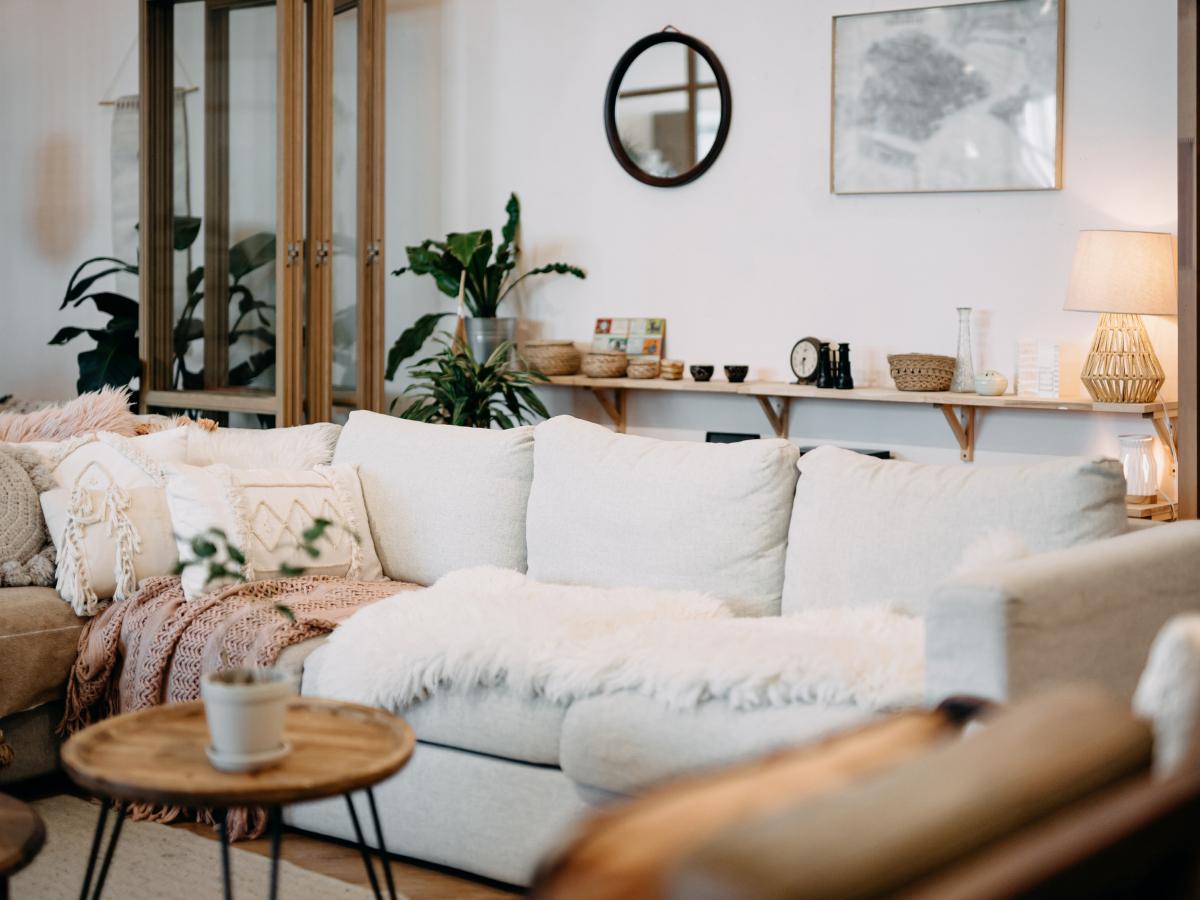 Πώς να προσθέσεις στιλ στον καναπέ σου