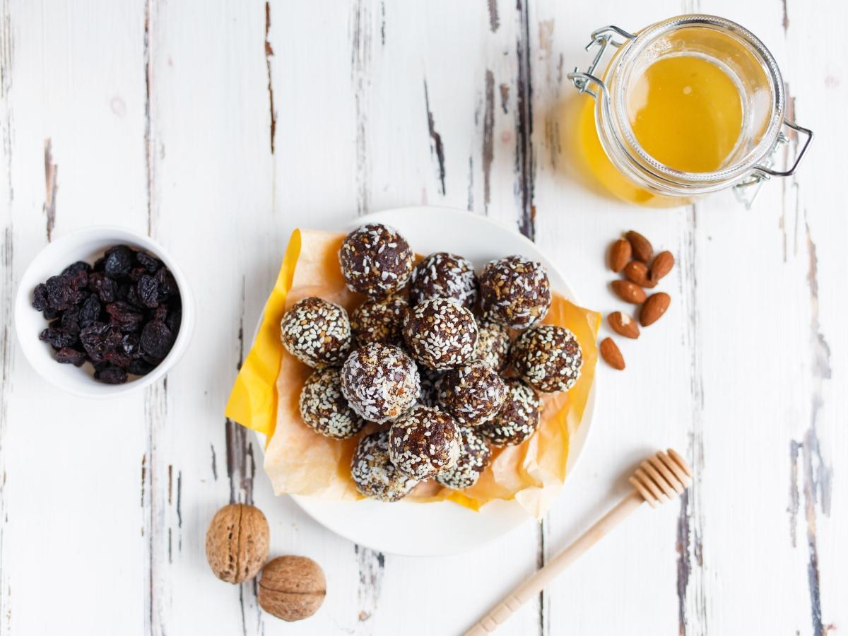 Συνταγή για energy balls με κακάο και κομματάκια σοκολάτας