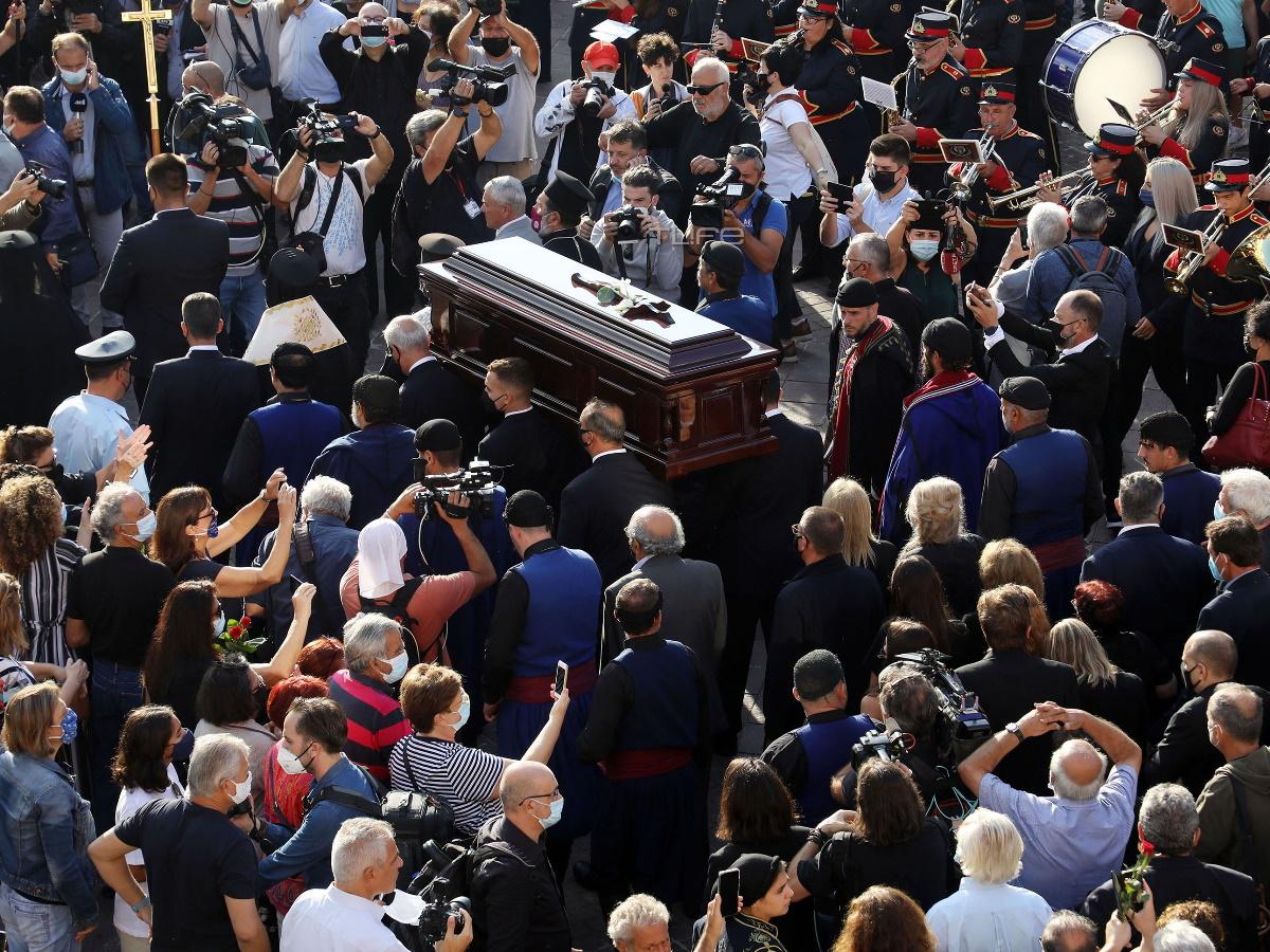 Μίκης Θεοδωράκης: Συγκίνηση στο τελευταίο αντίο στα Χανιά – Εκατοντάδες κόσμος τον αποχαιρετά