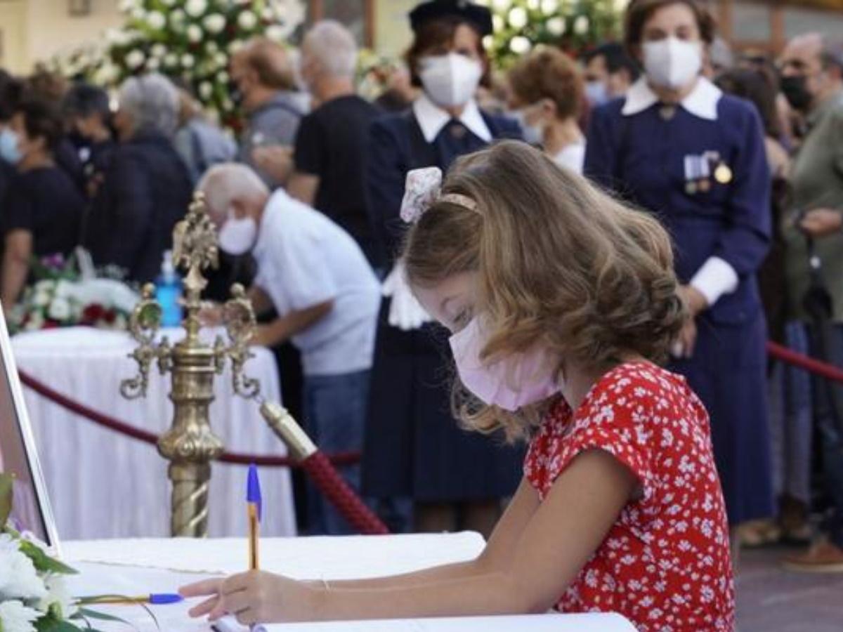 """Κηδεία Μίκη Θεοδωράκη: """"Σε αγαπάμε φίλε μας"""" – Συγκινεί το μήνυμα του μικρού κοριτσιού"""
