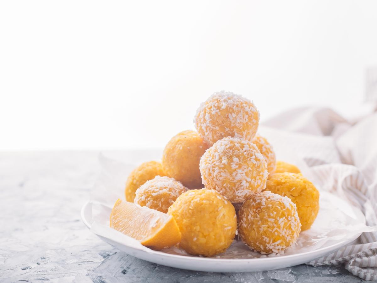Συνταγή για energy balls με λεμόνι και τριμμένη καρύδα