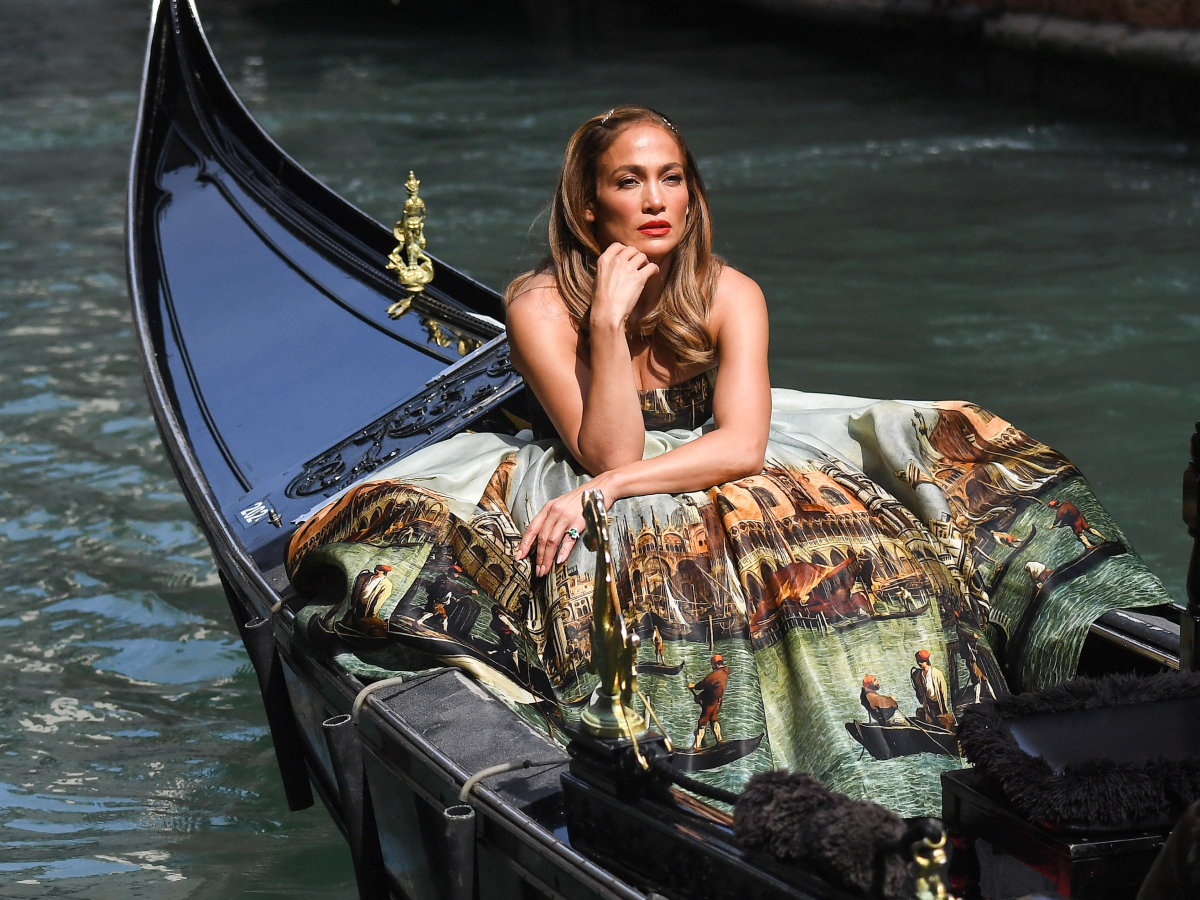 H Jennifer Lopez φωτογραφίζεται στη Βενετία σαν… πριγκίπισσα
