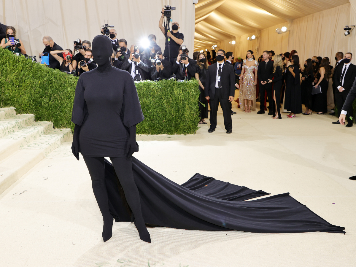 Η Kim Kardashian «σπάει» τους κανόνες του red carpet με την Μet Gala εμφάνιση της