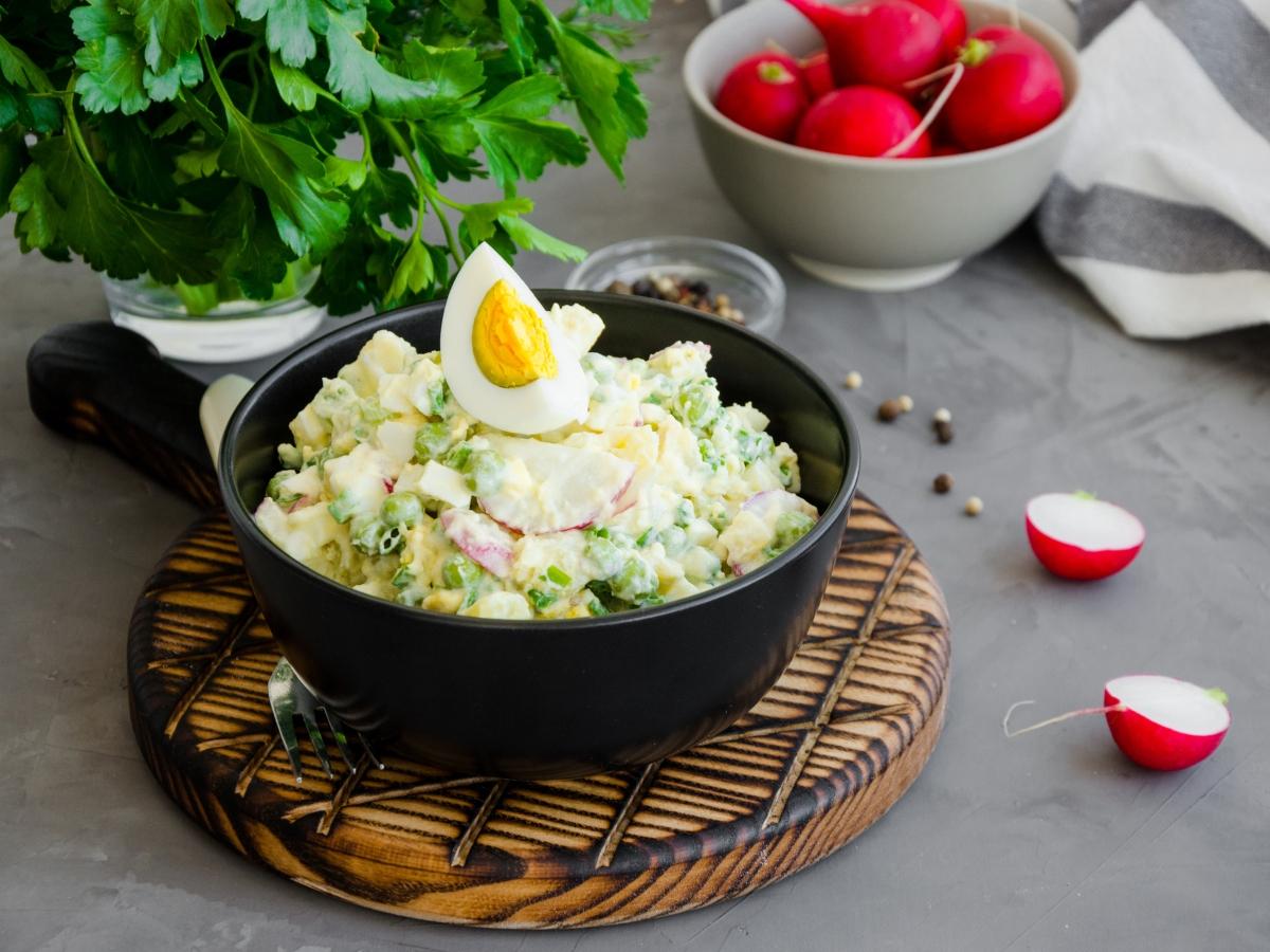 Συνταγή για δροσιστική πατατοσαλάτα με αρακά