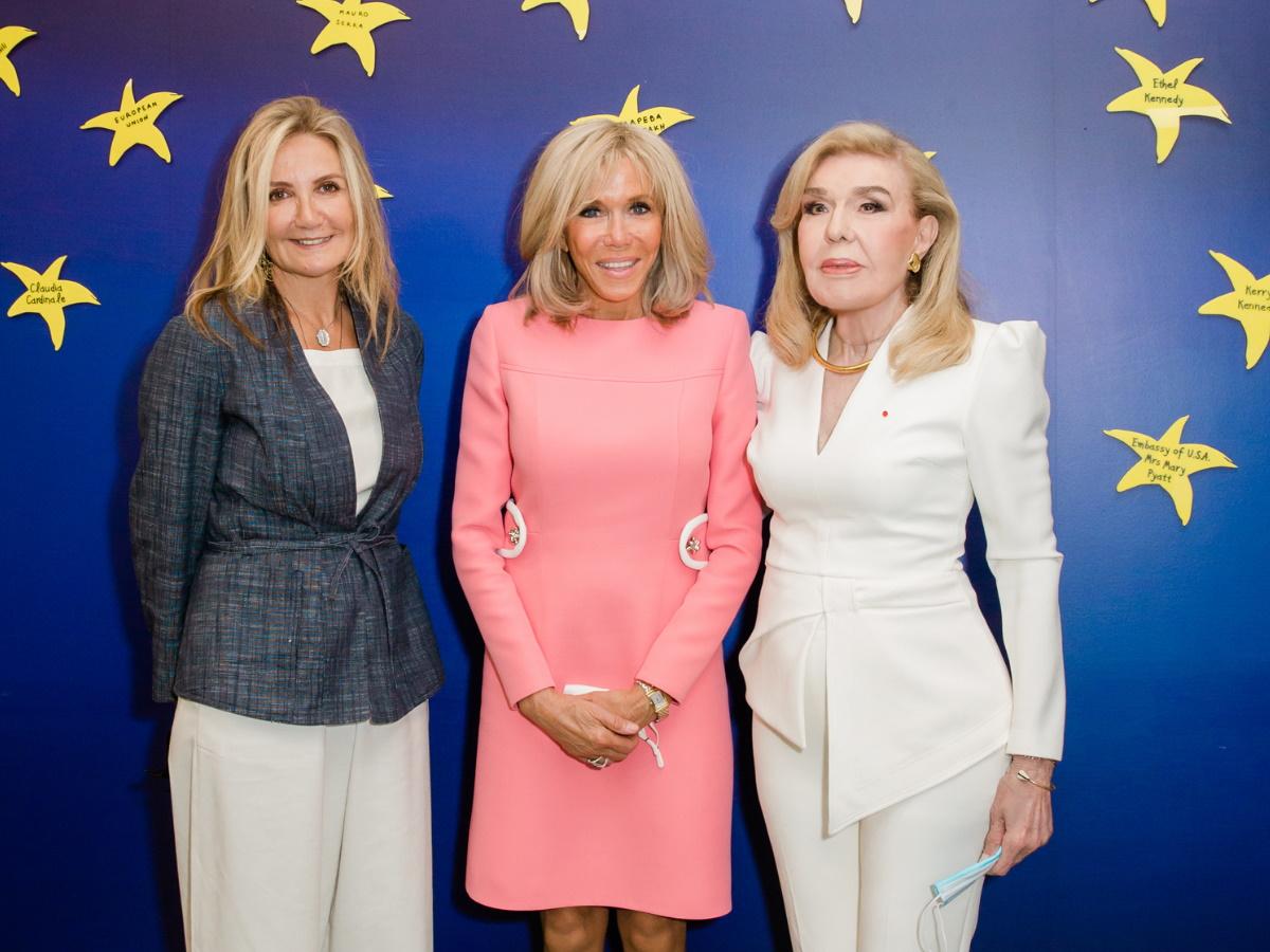 """Η Brigitte Macron στην Ογκολογική Μονάδα """"Παίδων"""" δίπλα στην Μαριάννα Βαρδινογιάννη και τη Μαρέβα Μητσοτάκη – Φωτογραφίες"""