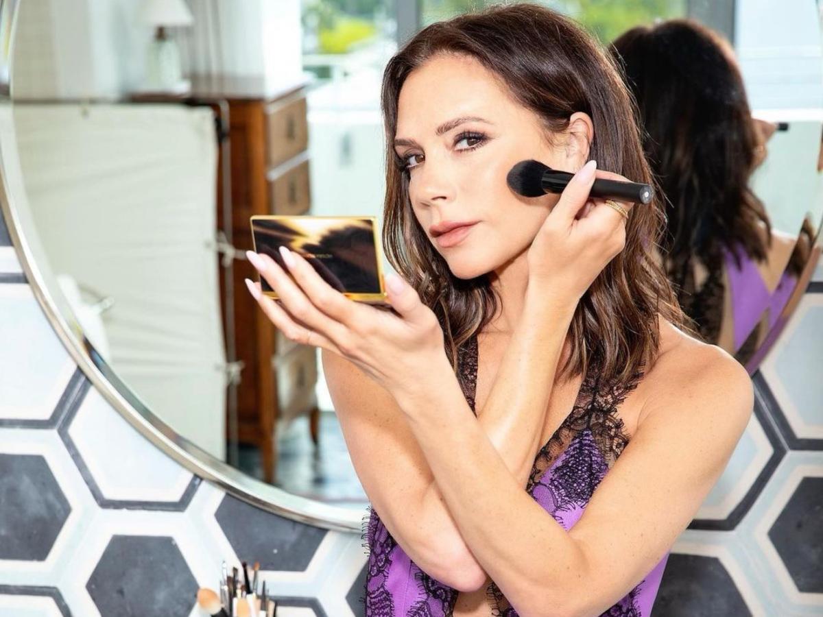 Victoria Beckham: Τα τρία μικρά beauty μυστικά που την κάνουν να δείχνει υπέροχη στα 47 της