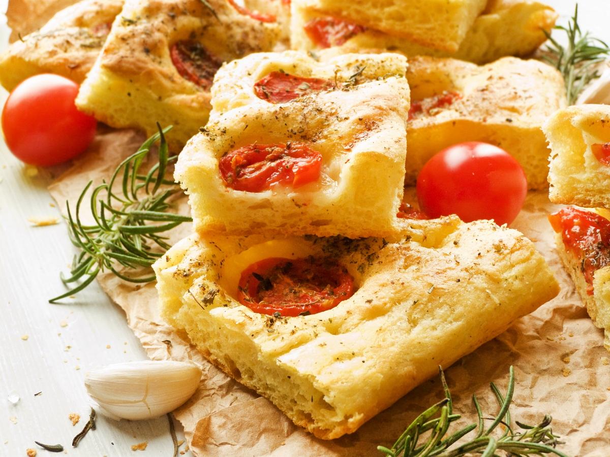 Συνταγή για σπιτική φοκάτσια με ντοματίνια και παρμεζάνα